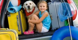 Fille et chien dans le coffre