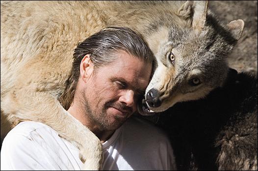 Shaun Ellis, serein à côté d'un loup