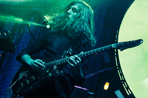 Wayne Sermon est en train de jouer de sa guitare au New Jersey.