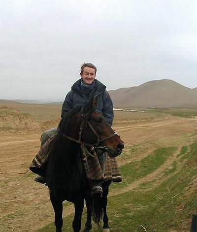 L'auteur du livre Les Cavaliers afghans, à cheval