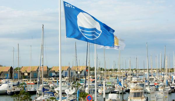 Le drapeau Pavillon Bleu récompensent les plages écoresponsables