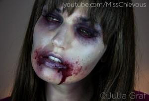Accueillir les gens à l'Halloween en se maquillant