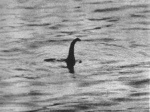 Cette photo est un canular censé représenter le monstre du Loch Ness.