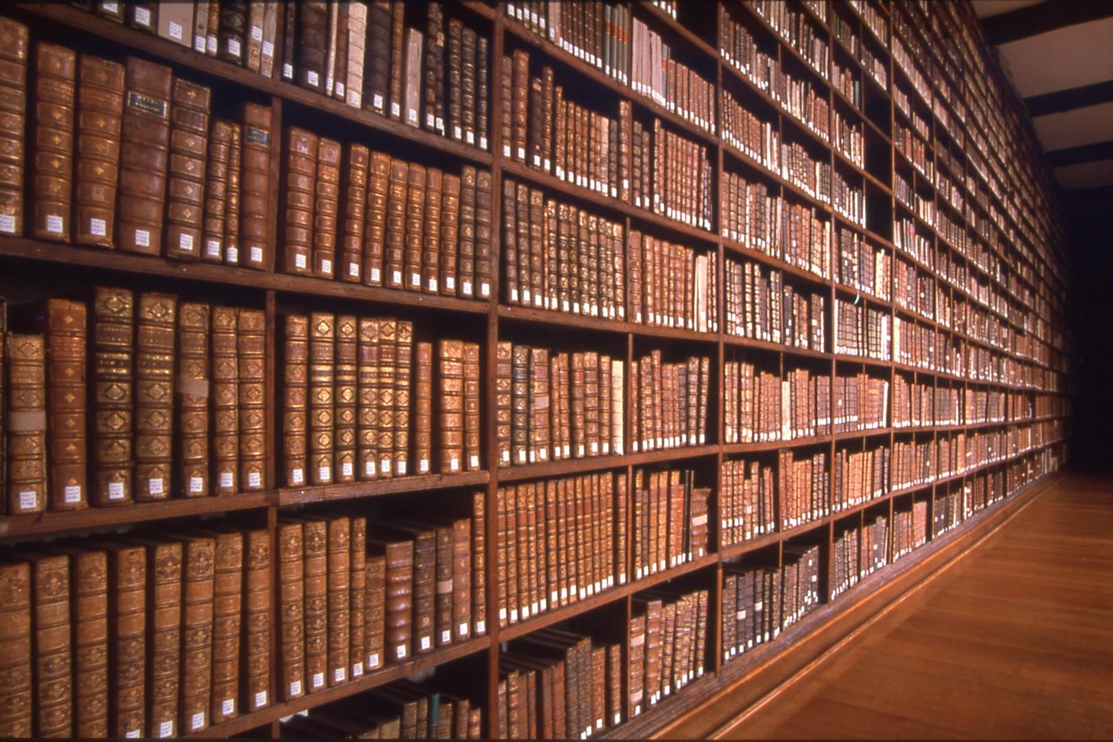 Rangée dans une bibliothèque