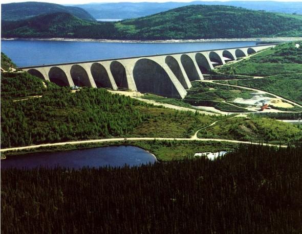 Au Québec, il y a des centrales hydrauliques qui produisent de l'électricité