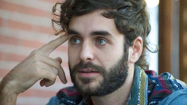 Le chanteur québécois Alex Nevsky interprète la chanson On leur a fait croire