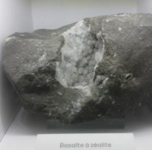 roche basaltique avec des bulles