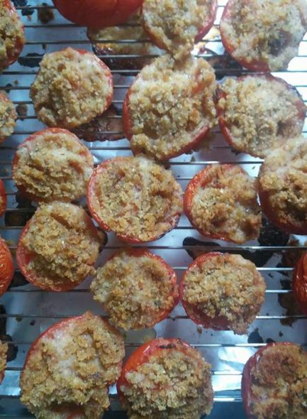 Tomates grillées avec de la chapelure