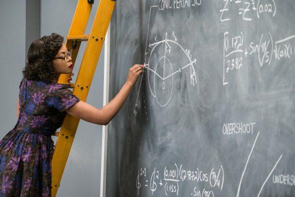 Katherine Johnson écrivant des formules mathématiques sur un tableau