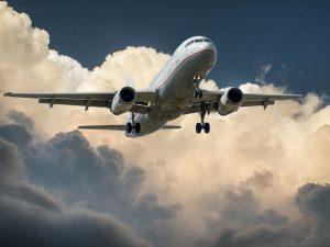 Avion dans les nuages