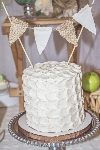 Gâteau de mariage décoré avec de la toile de jute