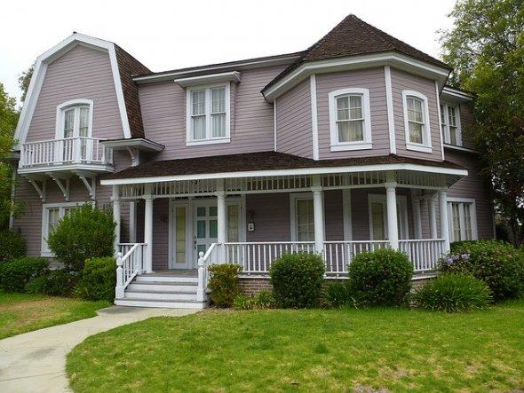 Maison violette sur Colonial Street