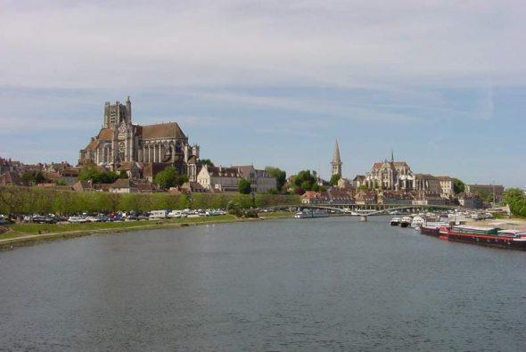 L'Yonne passe à Auxerre avant de rejoindre la Seine