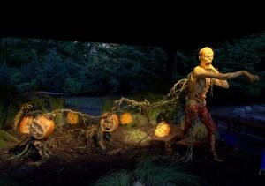 Sculpture sur citrouilles de Halloween : attaque de zombies