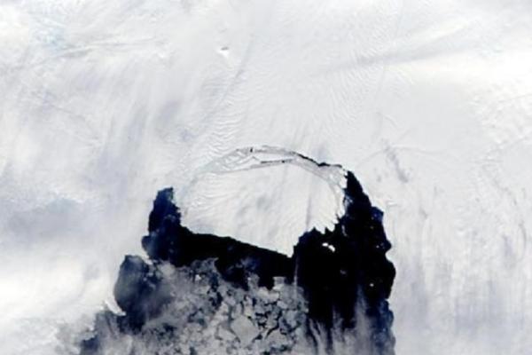 Image représentant le détachement d'un iceberg de la taille de Manhattan