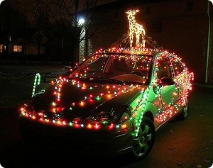 Voiture décorée de guirlandes de Noël