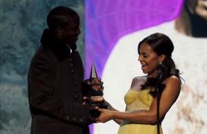 Ashanti, une chanteuse, donne le prix au chanteur Akon.