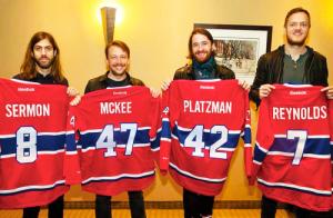 Ils se sont fait fabriquer des chandails identiques à ceux du groupe de hockey de Montréal.
