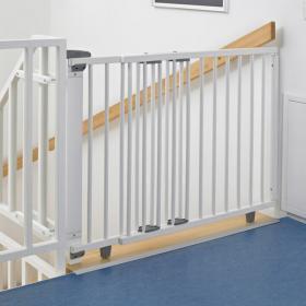 Pour la sécurité d'un somnambule, des barrières de sécurité aux escaliers peuvent être utiles.