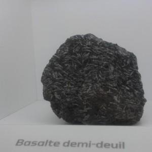 basalte avec des cristaux en baguettes