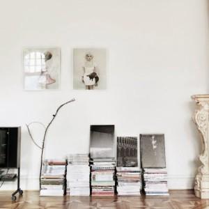 meuble d'appoint avec des magazines