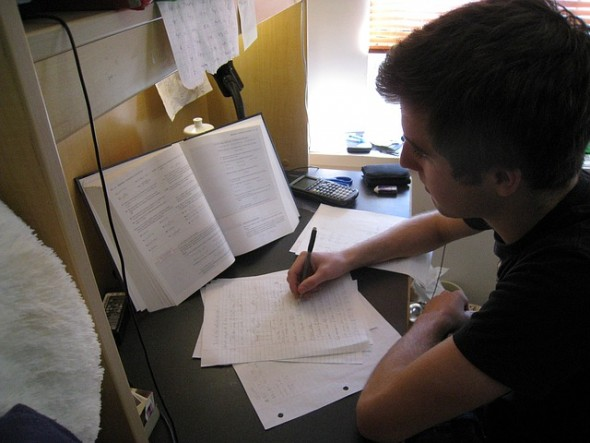 Etudiant révisant ses cours